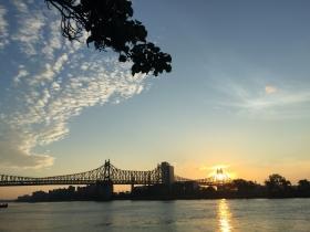 在Queens大桥旁看日出