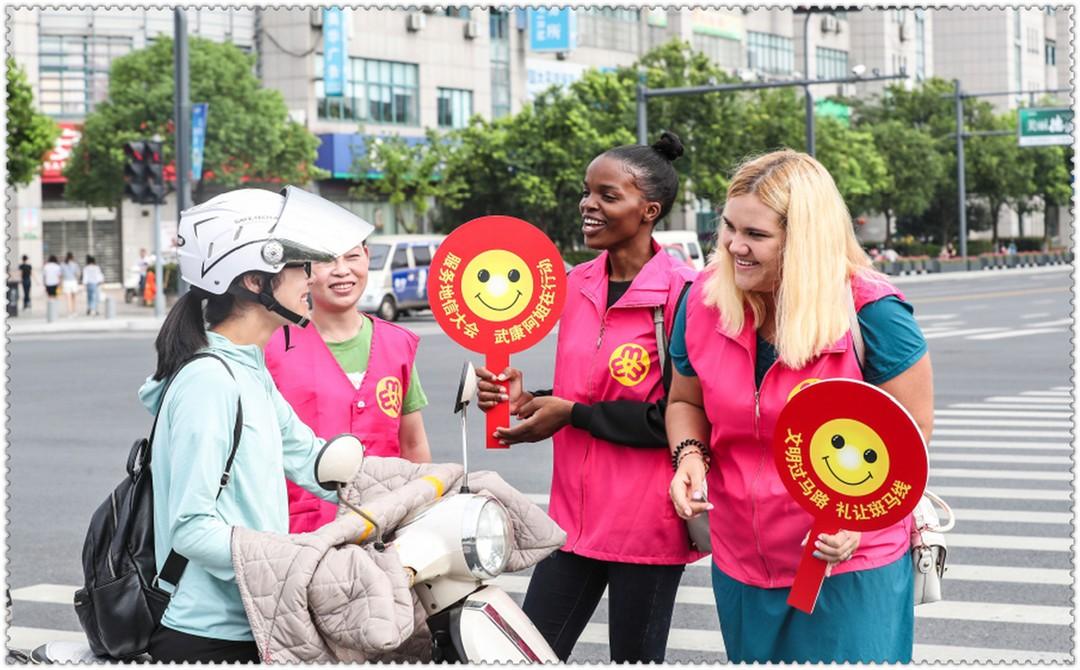 外国友人乐当文明志愿者_图1-5