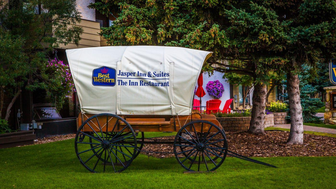 加拿大贾斯珀市(Jasper),路边的美女街边的景_图1-11