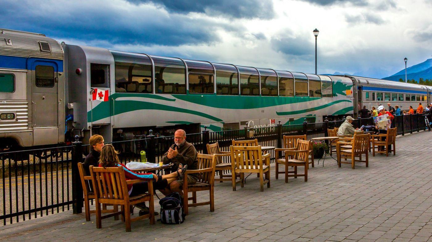 加拿大贾斯珀市(Jasper),路边的美女街边的景_图1-13