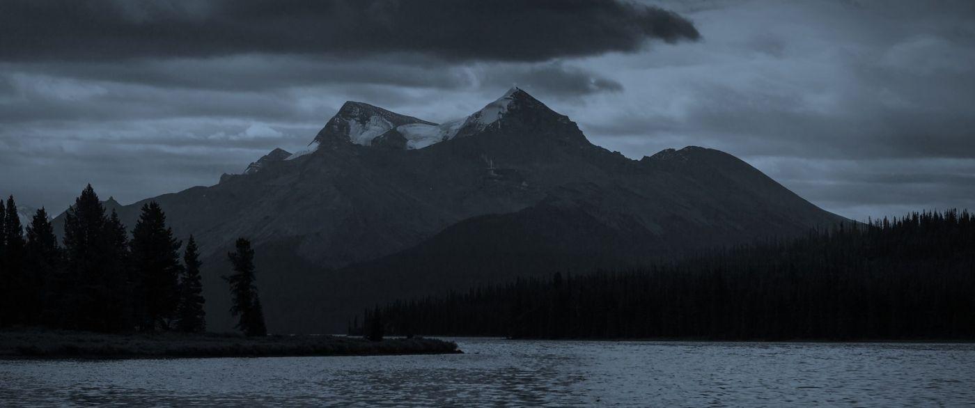 加拿大马林湖(Maligne Lake),云层中的一束光_图1-2