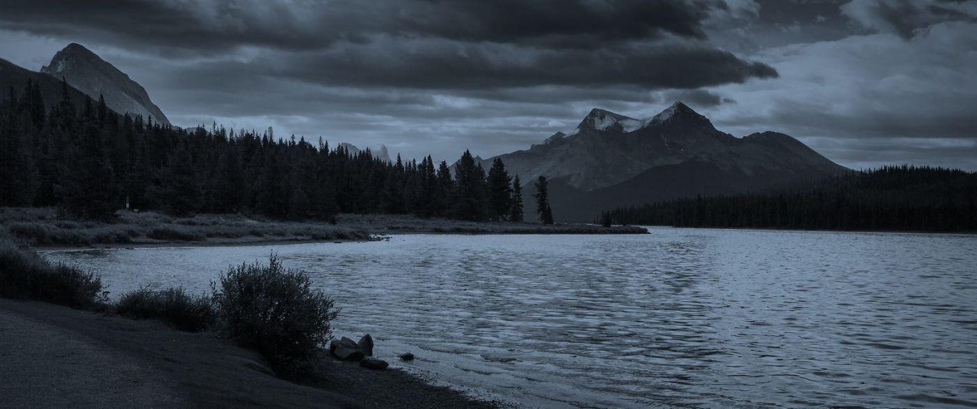 加拿大马林湖(Maligne Lake),云层中的一束光_图1-4