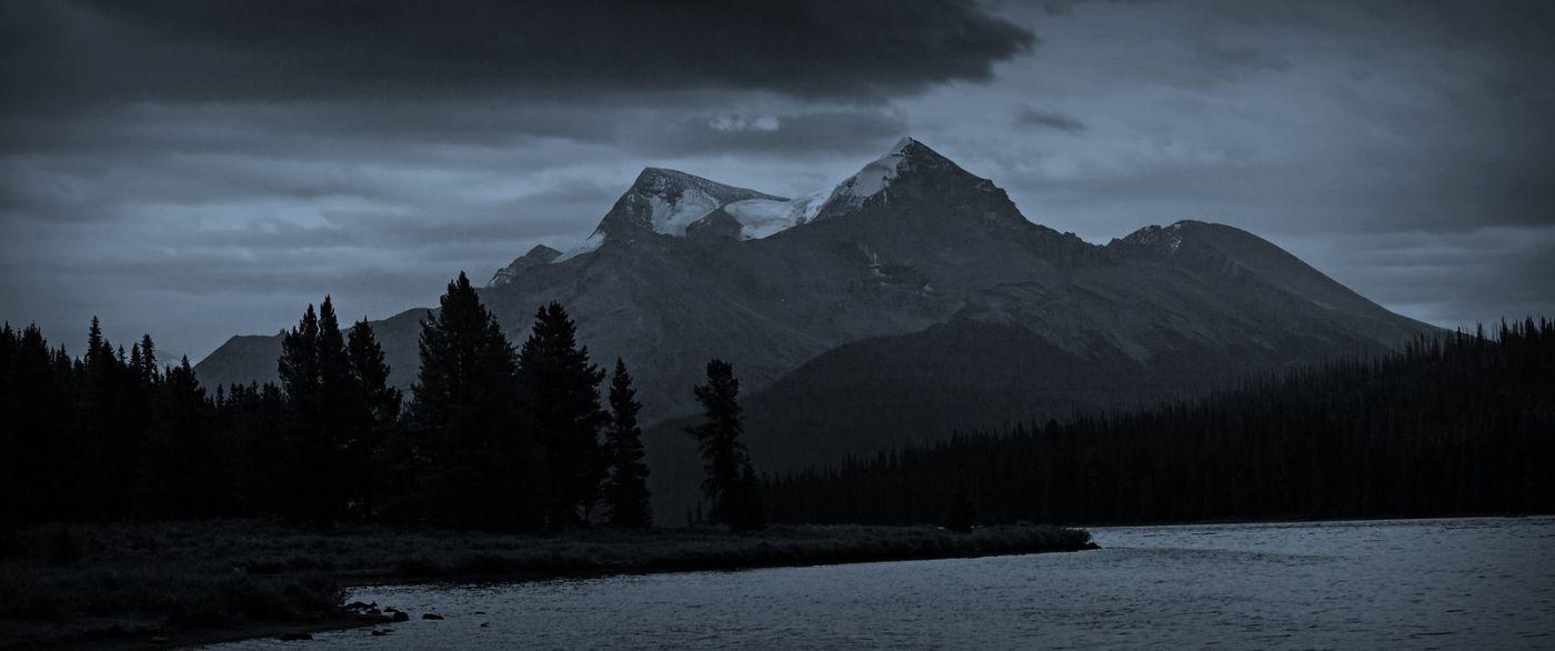 加拿大马林湖(Maligne Lake),云层中的一束光_图1-5
