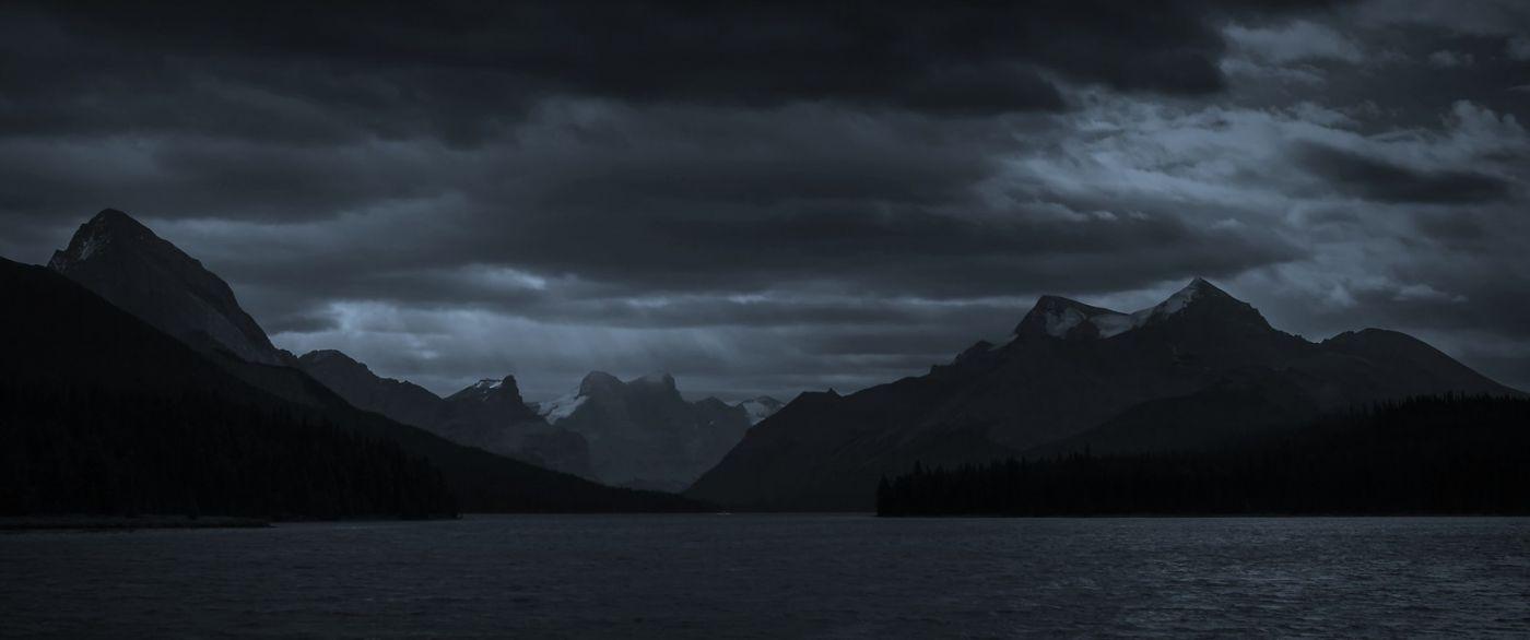 加拿大马林湖(Maligne Lake),云层中的一束光_图1-1