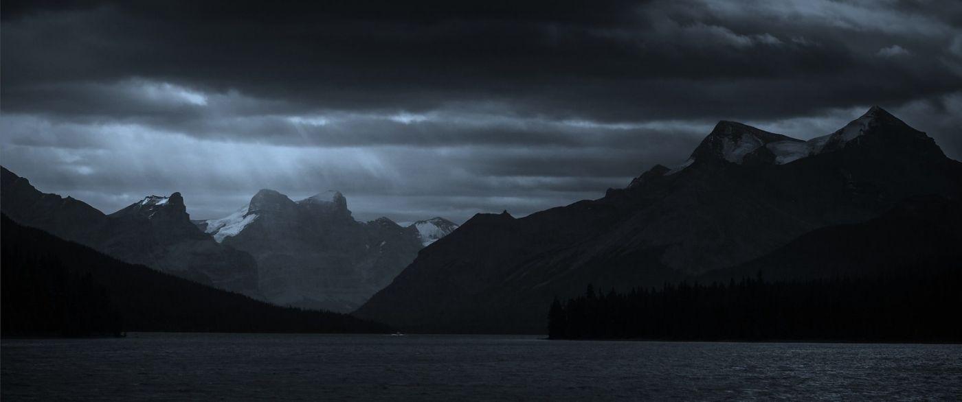 加拿大马林湖(Maligne Lake),云层中的一束光_图1-7