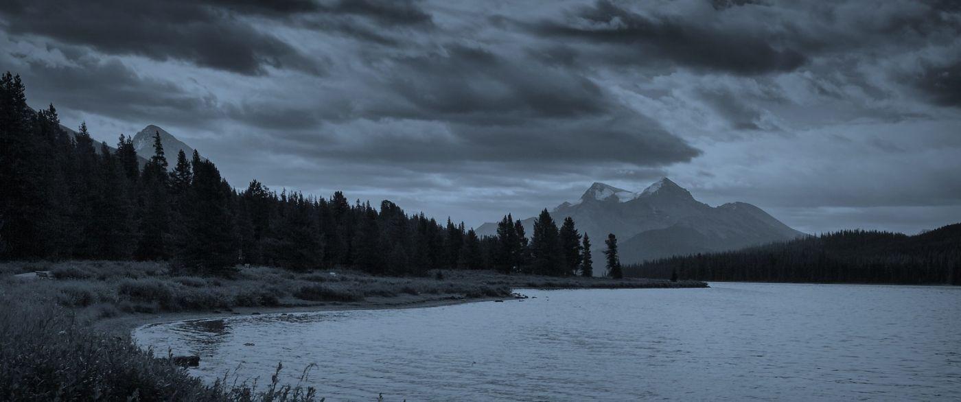 加拿大马林湖(Maligne Lake),云层中的一束光_图1-10
