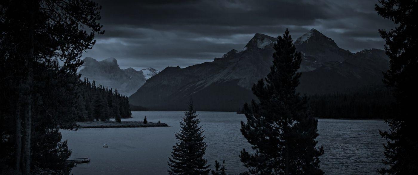 加拿大马林湖(Maligne Lake),云层中的一束光_图1-11
