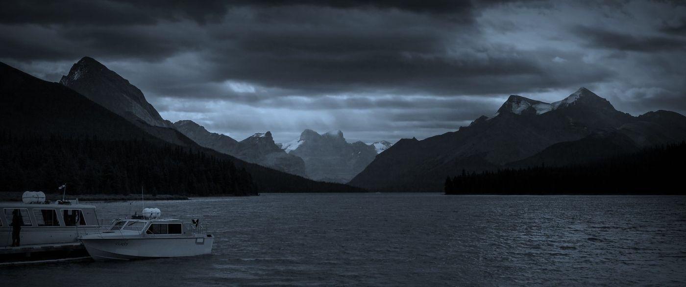 加拿大马林湖(Maligne Lake),云层中的一束光_图1-13