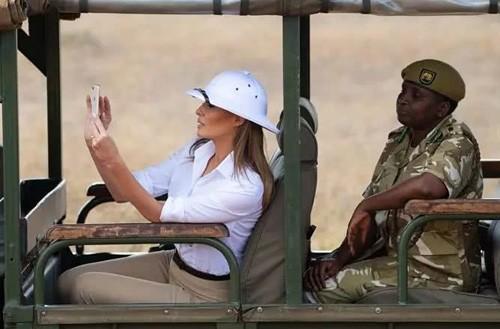 特朗普老婆也喜欢玩手机拍照_图1-1
