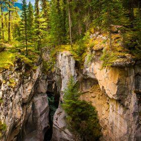 加拿大玛琳峡谷,崎岖陡峭狭窄