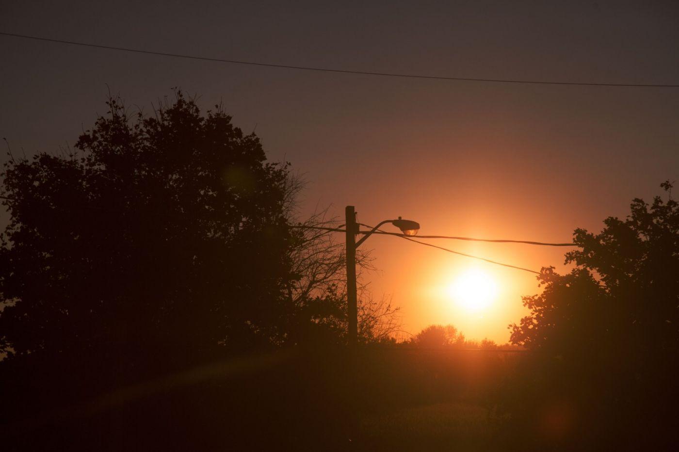 在赴加拿大蒙特利尔观看枫叶的观光火车上拍摄夕阳,别有情趣! ..._图1-8