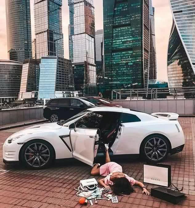 """贫富悬殊与中国的""""摔倒式炫富""""_图1-4"""