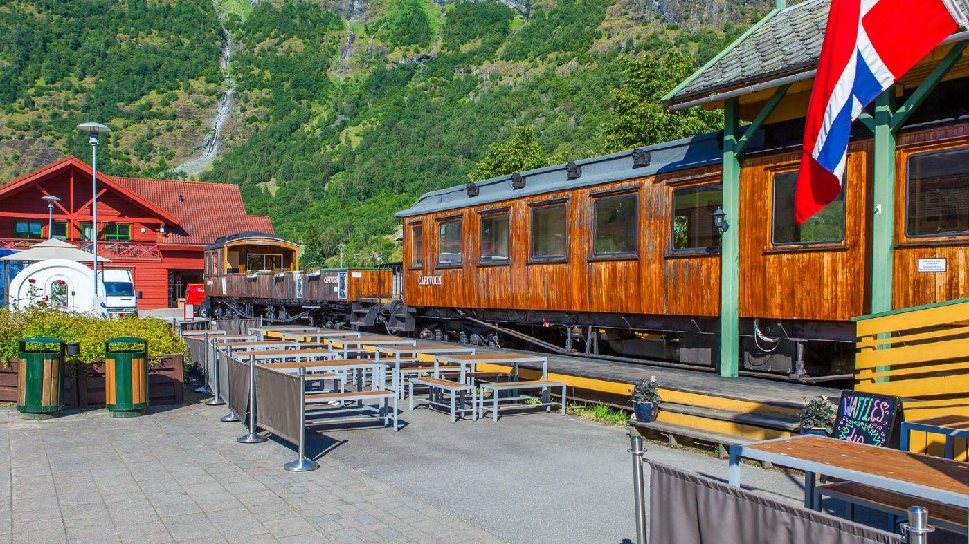 挪威弗拉姆铁路(Flam Railway),被山环绕的小站_图1-4