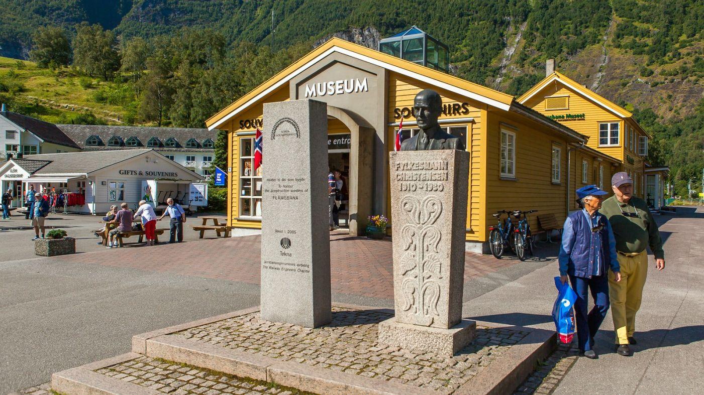 挪威弗拉姆铁路(Flam Railway),被山环绕的小站_图1-3