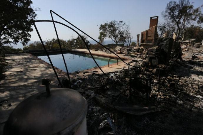 高娓娓:火灾前后对比!美国加州马布里豪宅区被烧,LadyGaga等明星豪宅成废墟 ..._图1-7