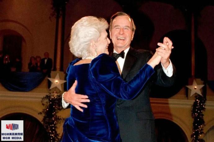 """高娓娓:最""""长情""""的美国总统,紧追老妻而逝,说说老布什70年的传奇婚史 ..._图1-1"""