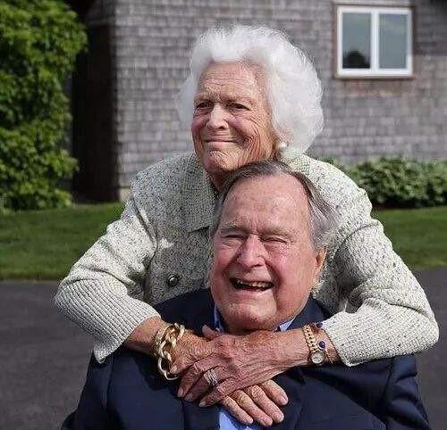 """高娓娓:最""""长情""""的美国总统,紧追老妻而逝,说说老布什70年的传奇婚史 ..._图1-2"""