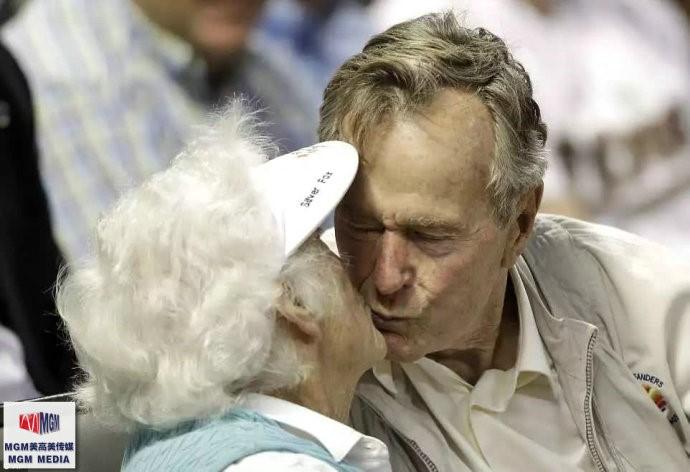 """高娓娓:最""""长情""""的美国总统,紧追老妻而逝,说说老布什70年的传奇婚史 ..._图1-3"""
