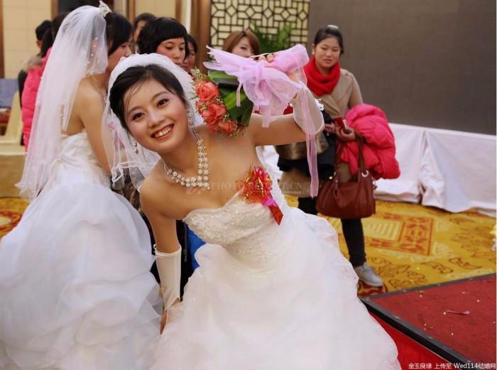 结婚不用接亲,新娘自己骑电动三轮车载4位伴娘去婆家,网友调侃:买一送四? ..._图1-1