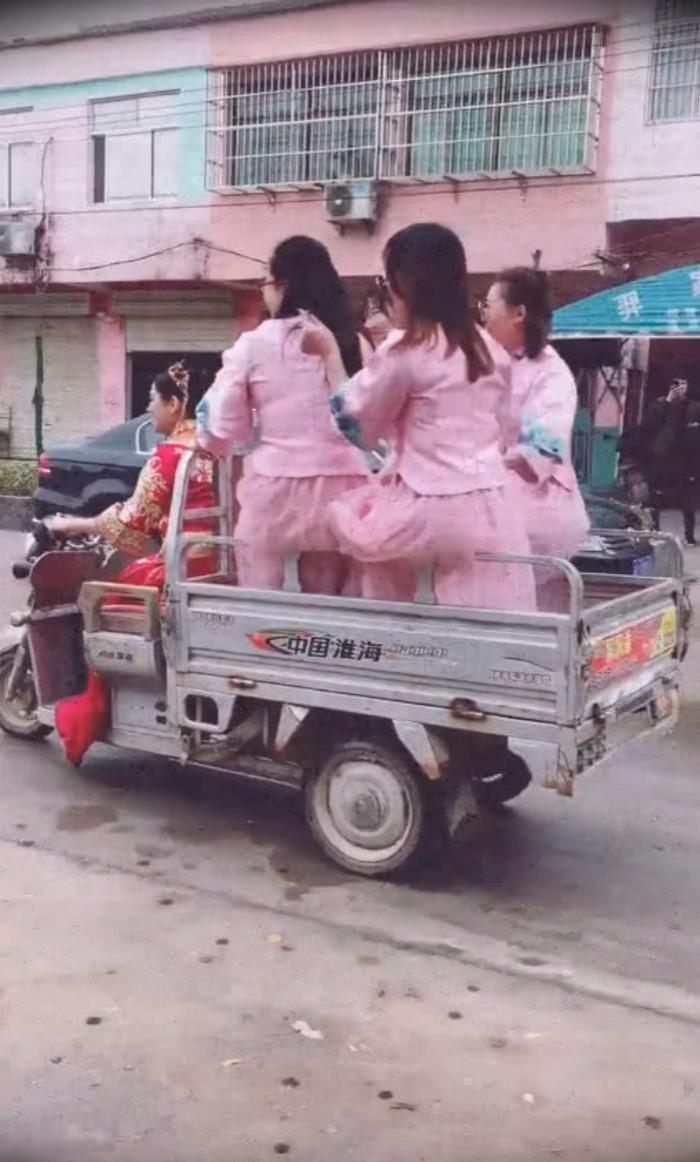 结婚不用接亲,新娘自己骑电动三轮车载4位伴娘去婆家,网友调侃:买一送四? ..._图1-2