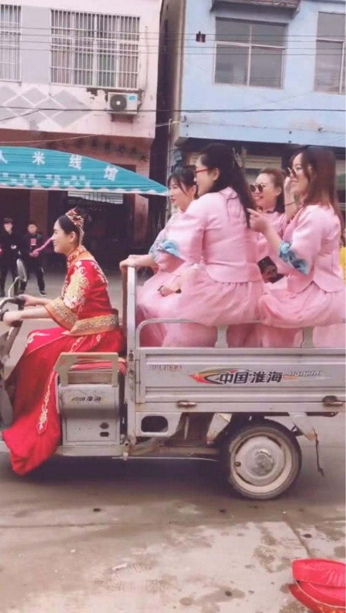 结婚不用接亲,新娘自己骑电动三轮车载4位伴娘去婆家,网友调侃:买一送四? ..._图1-3