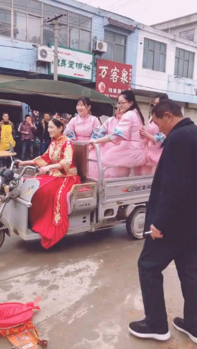 结婚不用接亲,新娘自己骑电动三轮车载4位伴娘去婆家,网友调侃:买一送四? ..._图1-4