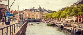 丹麦哥本哈根,私人游艇开进城