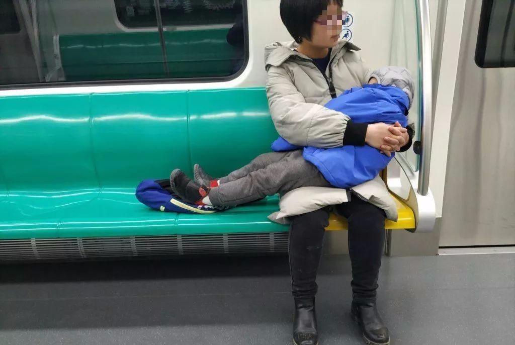 北京地铁上发生这样一幕 网友点赞:这就叫教养 好教养来自于好家风 ..._图1-1