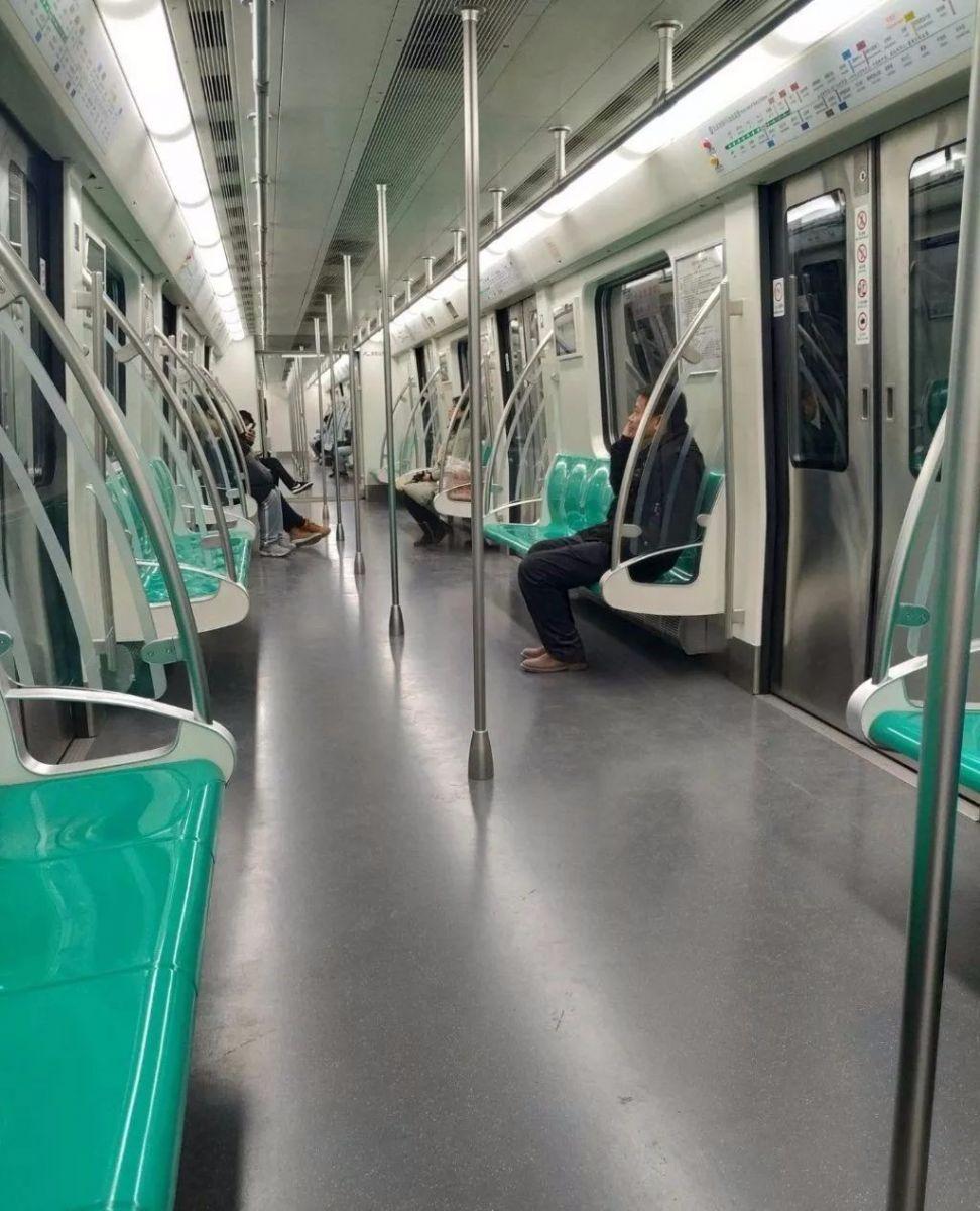 北京地铁上发生这样一幕 网友点赞:这就叫教养 好教养来自于好家风 ..._图1-2