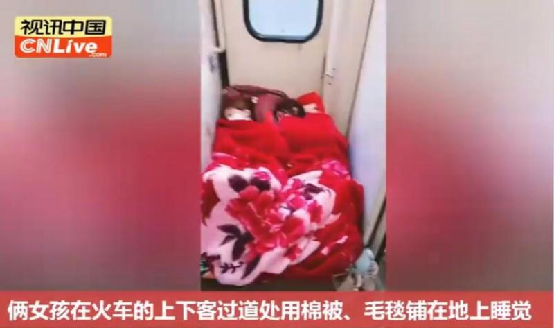 女孩在火车过道铺床睡觉 网友:她们好像睡得还挺香?_图1-1