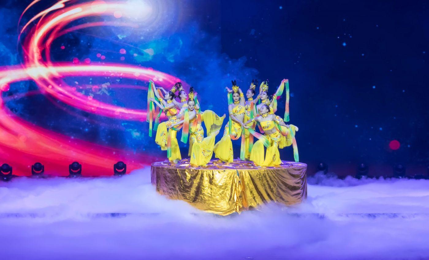 沂蒙大地上 有一种舞蹈叫飞天 这是几位临沂女孩的杰作 美轮美奂 ..._图1-6