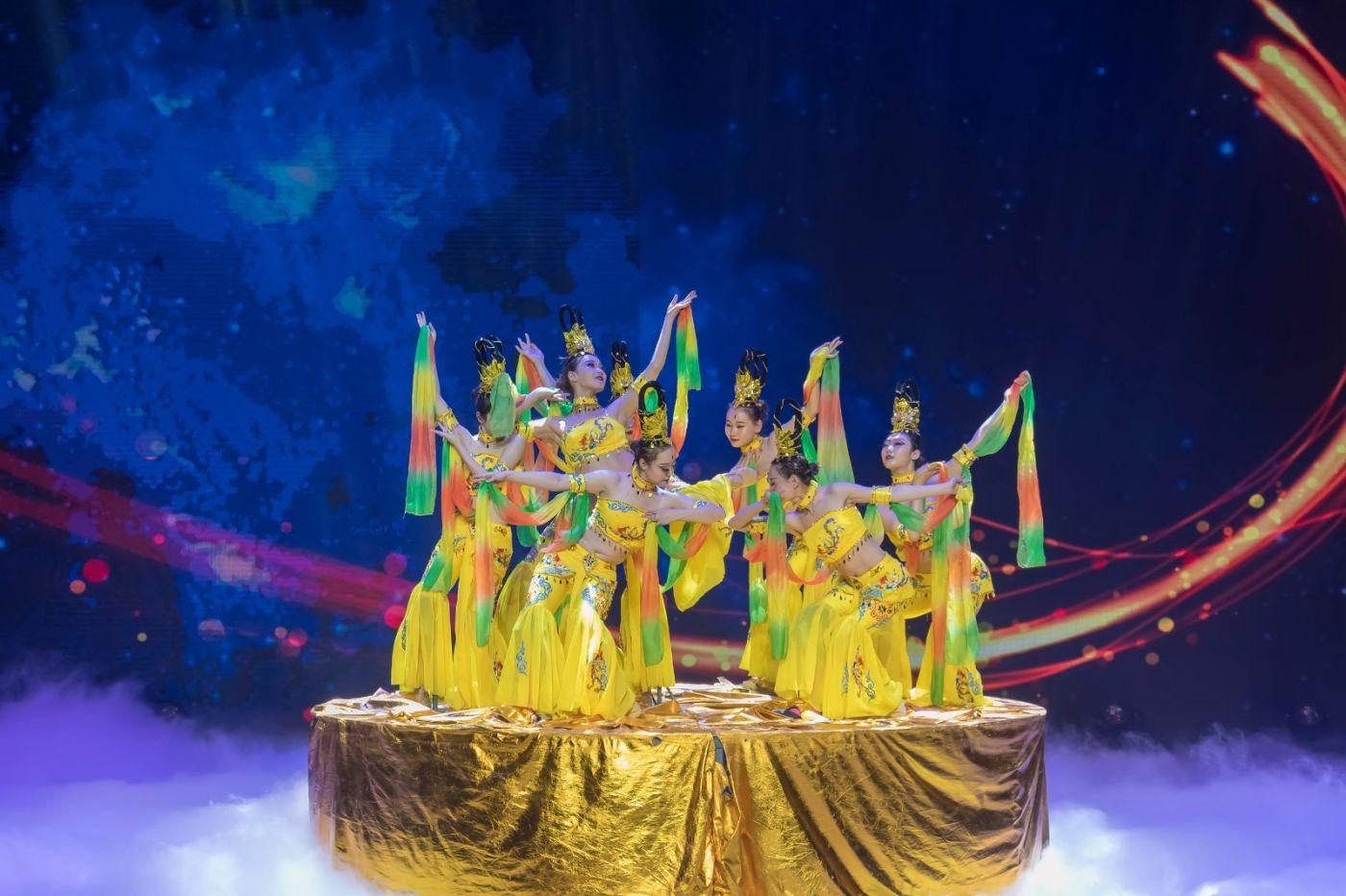 沂蒙大地上 有一种舞蹈叫飞天 这是几位临沂女孩的杰作 美轮美奂 ..._图1-11