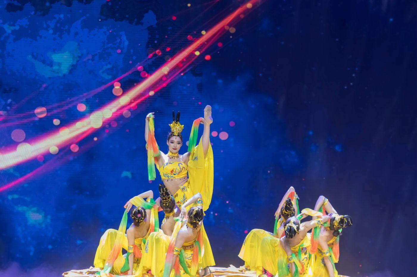 沂蒙大地上 有一种舞蹈叫飞天 这是几位临沂女孩的杰作 美轮美奂 ..._图1-15