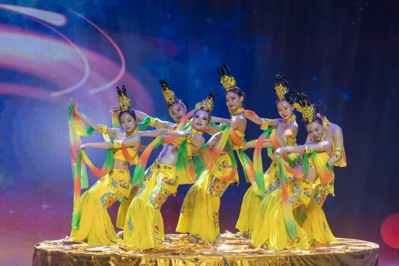 沂蒙大地上 有一种舞蹈叫飞天 这是几位临沂女孩的杰作 美轮美奂 ..._图1-25