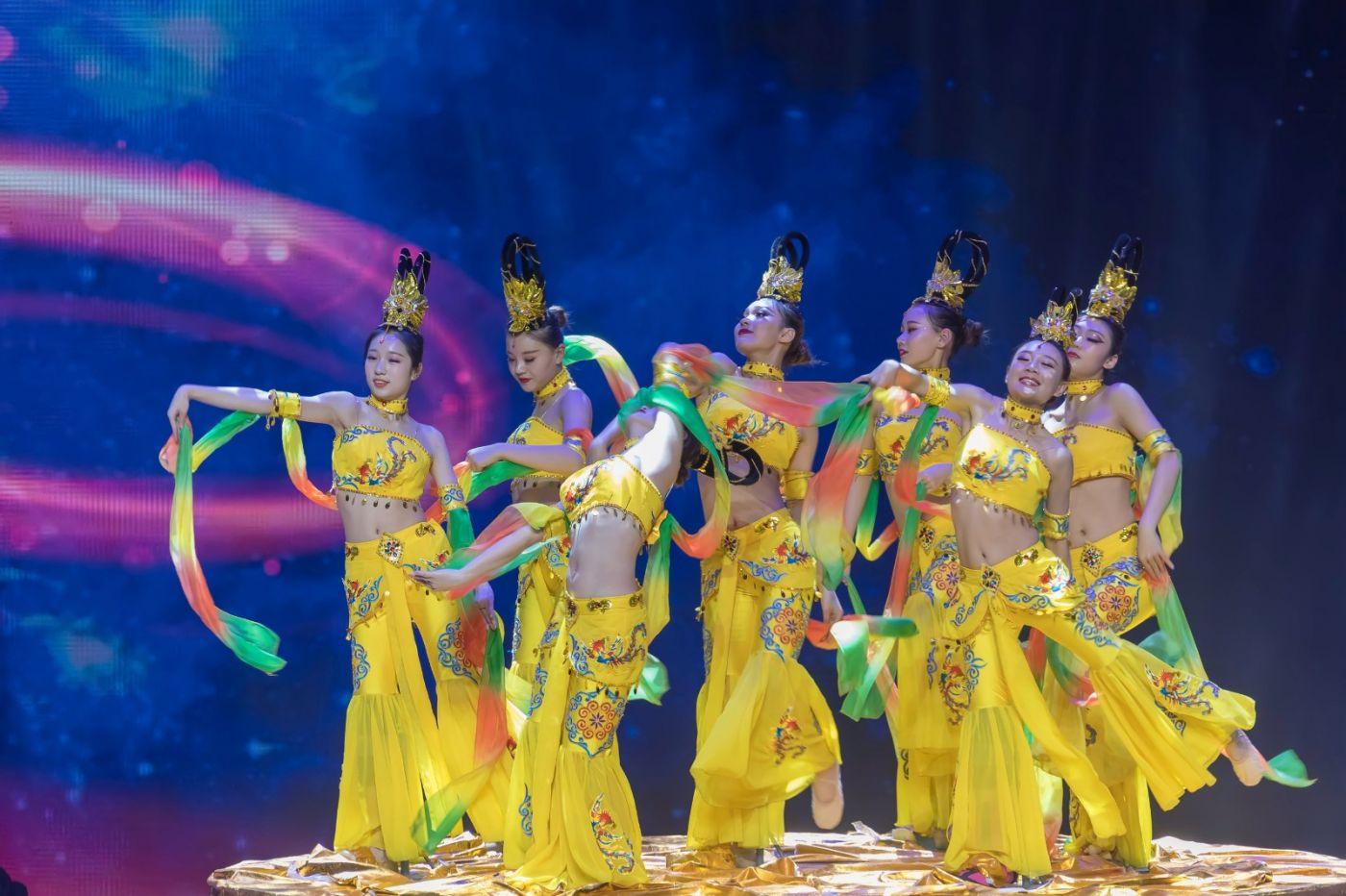 沂蒙大地上 有一种舞蹈叫飞天 这是几位临沂女孩的杰作 美轮美奂 ..._图1-24