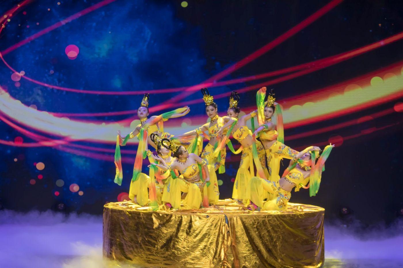 沂蒙大地上 有一种舞蹈叫飞天 这是几位临沂女孩的杰作 美轮美奂 ..._图1-62