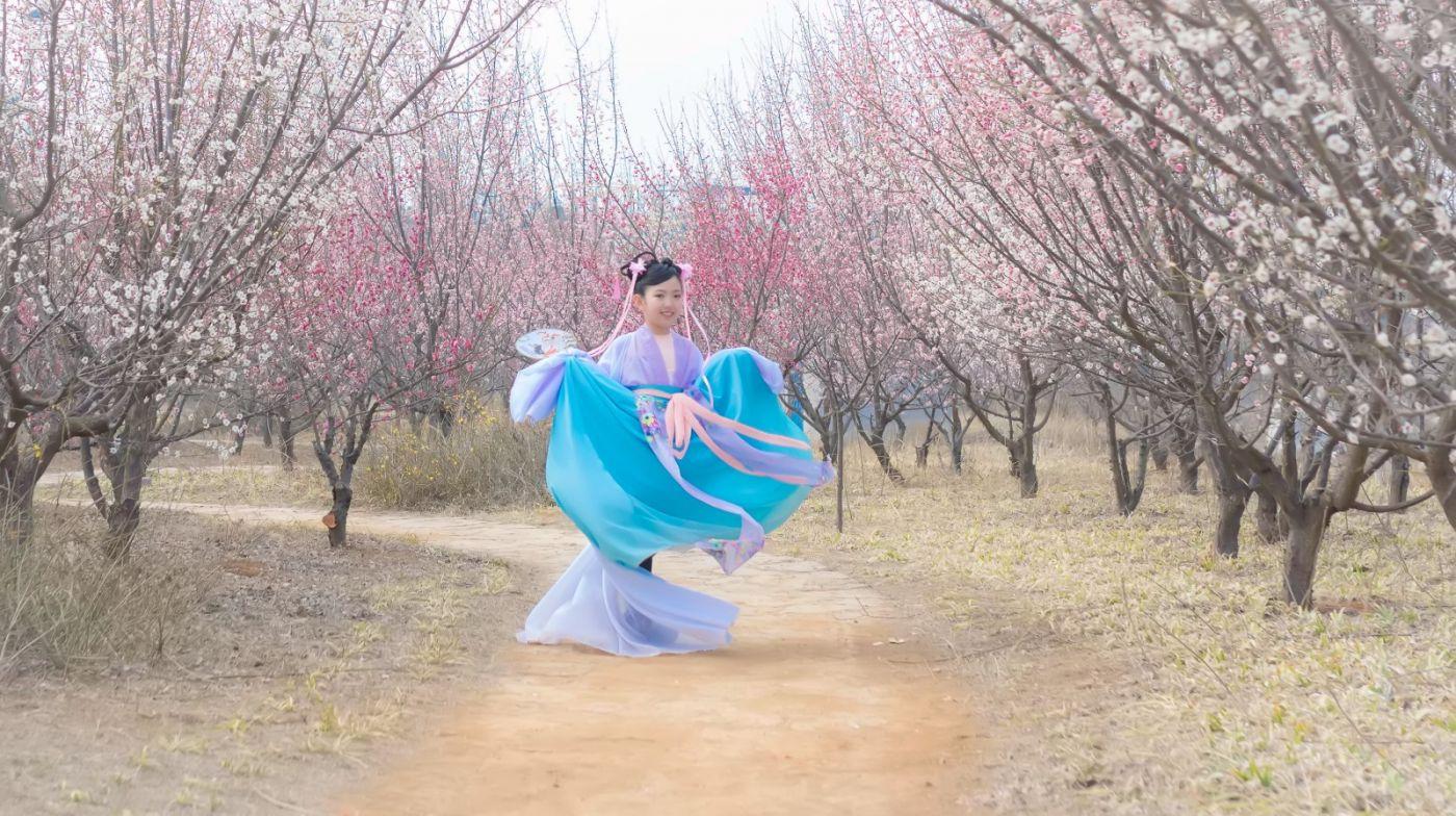 翟家小妮翟雅慧之春到梅园 花儿与少年系列 梅园尽显中国风_图1-2