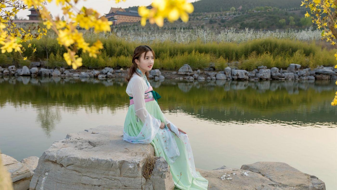 柿子妮又来了女孩越来越漂亮了穿上汉服的她在马泉花海中_图1-2