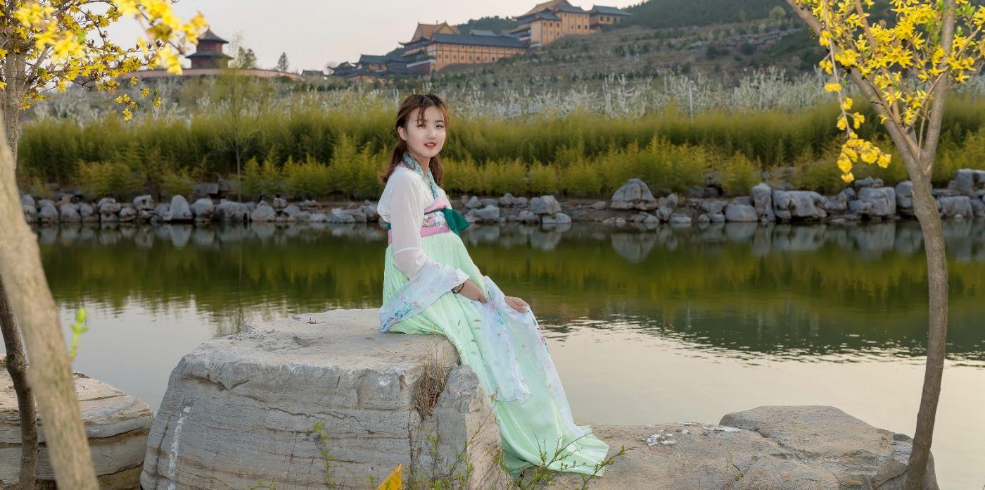 柿子妮又来了女孩越来越漂亮了穿上汉服的她在马泉花海中_图1-1