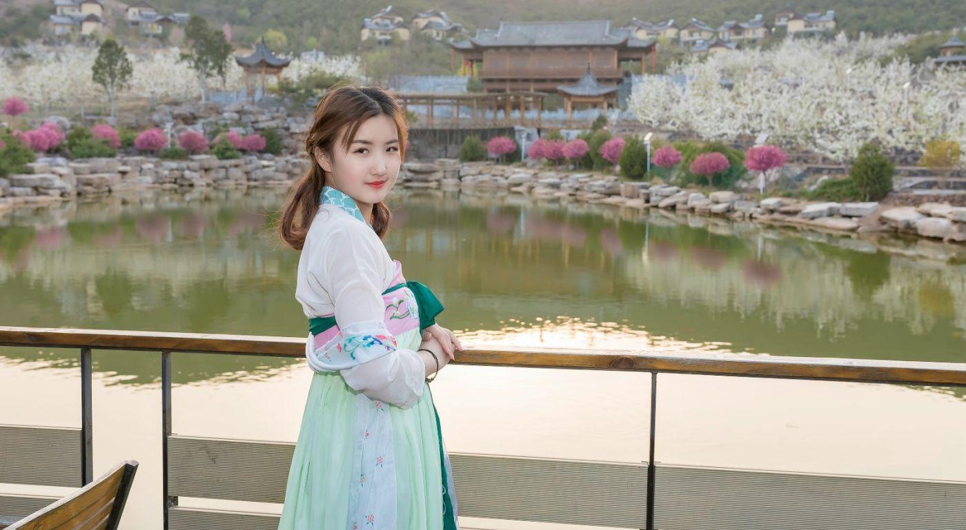 柿子妮又来了女孩越来越漂亮了穿上汉服的她在马泉花海中_图1-6