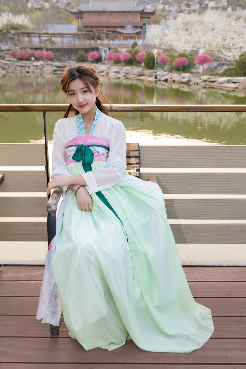 柿子妮又来了女孩越来越漂亮了穿上汉服的她在马泉花海中_图1-5