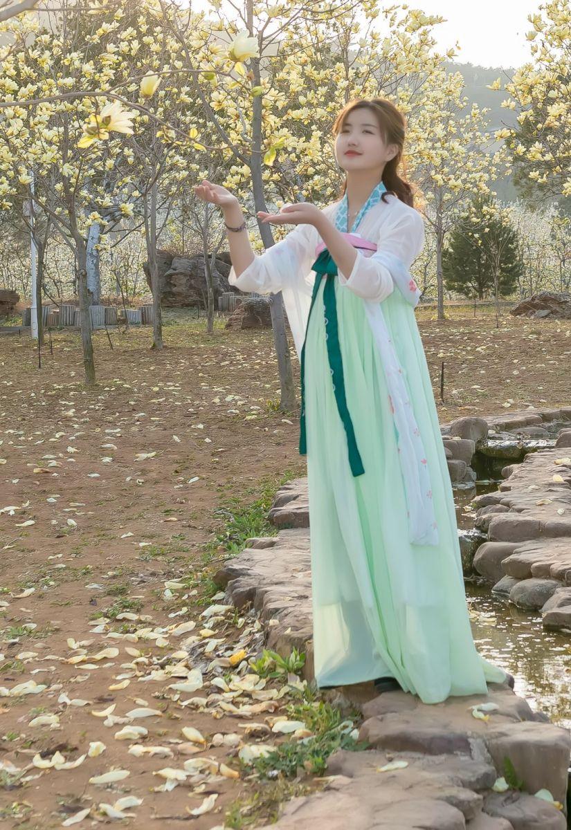 柿子妮又来了女孩越来越漂亮了穿上汉服的她在马泉花海中_图1-9
