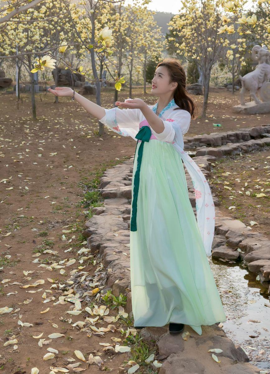 柿子妮又来了女孩越来越漂亮了穿上汉服的她在马泉花海中_图1-11