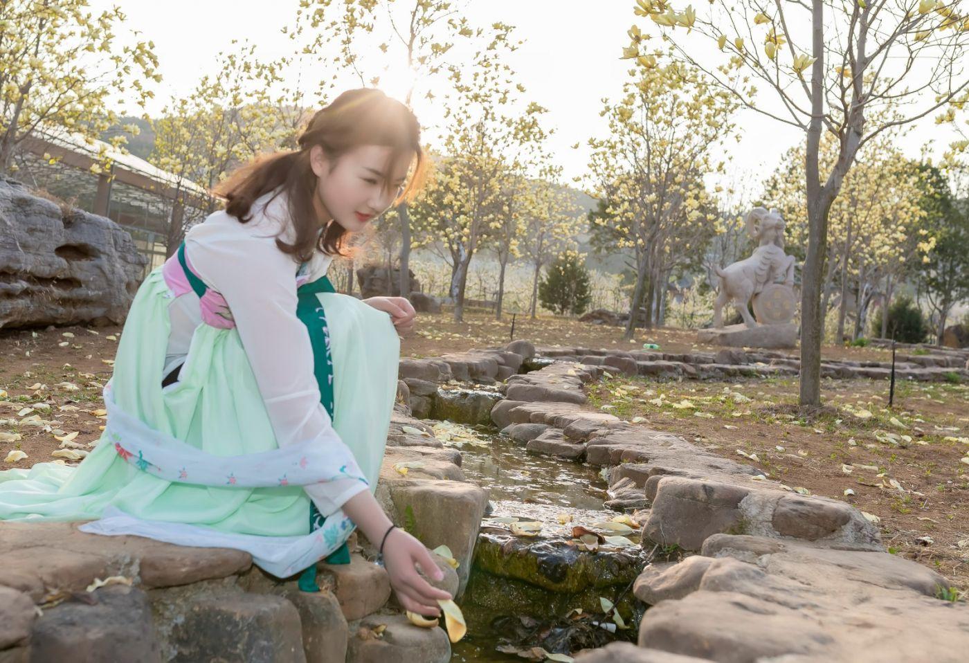 柿子妮又来了女孩越来越漂亮了穿上汉服的她在马泉花海中_图1-14