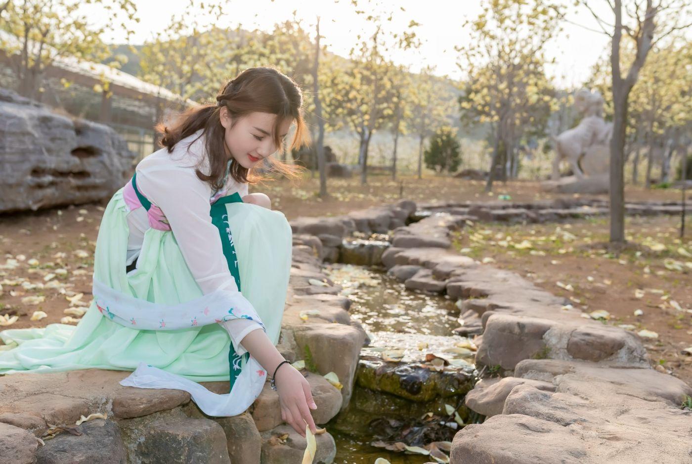 柿子妮又来了女孩越来越漂亮了穿上汉服的她在马泉花海中_图1-15