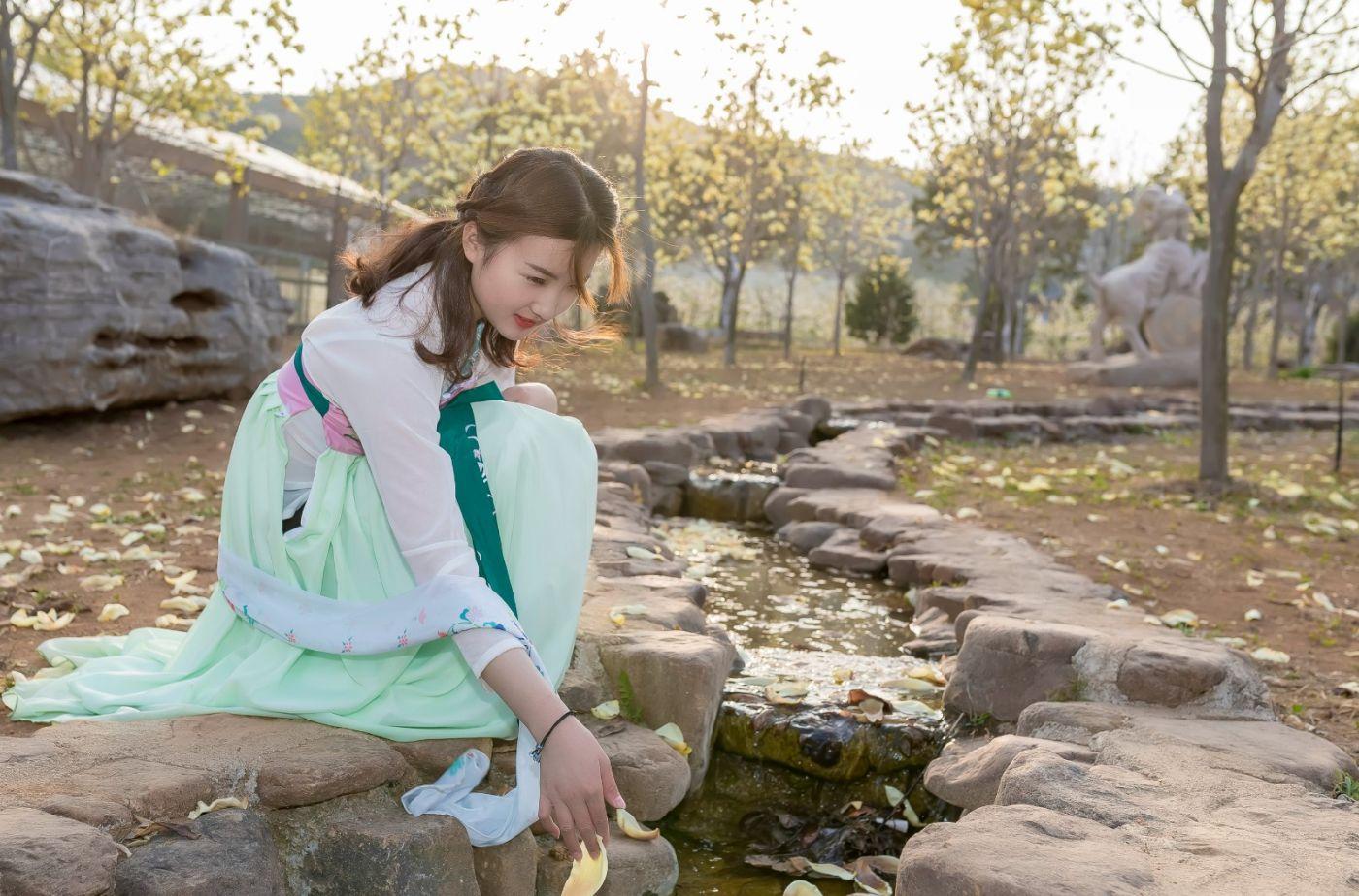 柿子妮又来了女孩越来越漂亮了穿上汉服的她在马泉花海中_图1-16