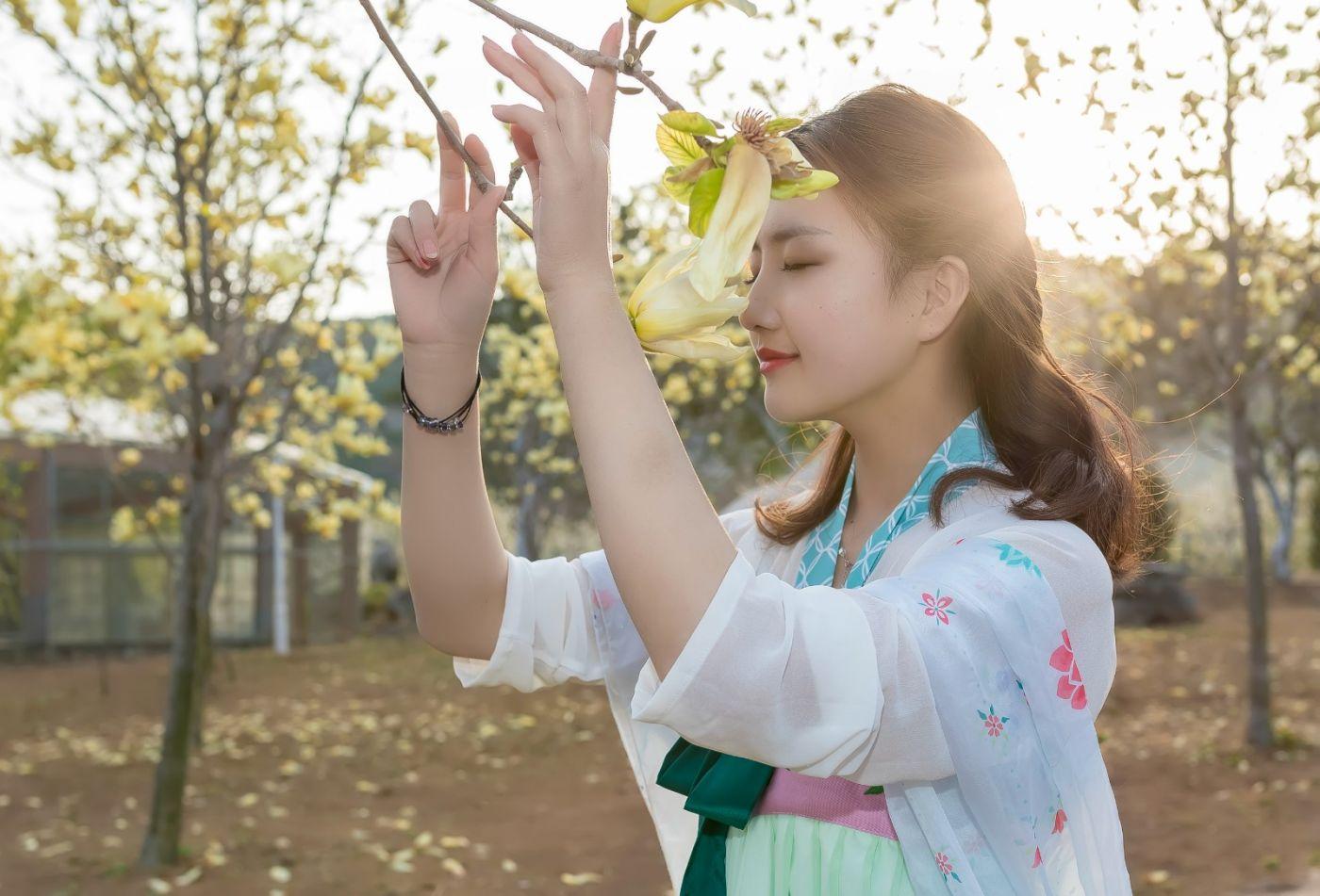 柿子妮又来了女孩越来越漂亮了穿上汉服的她在马泉花海中_图1-19