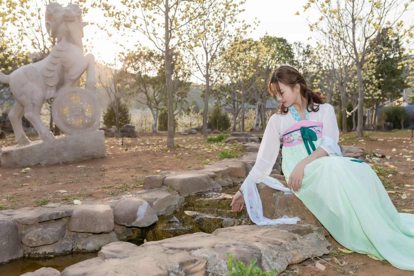 柿子妮又来了女孩越来越漂亮了穿上汉服的她在马泉花海中_图1-21