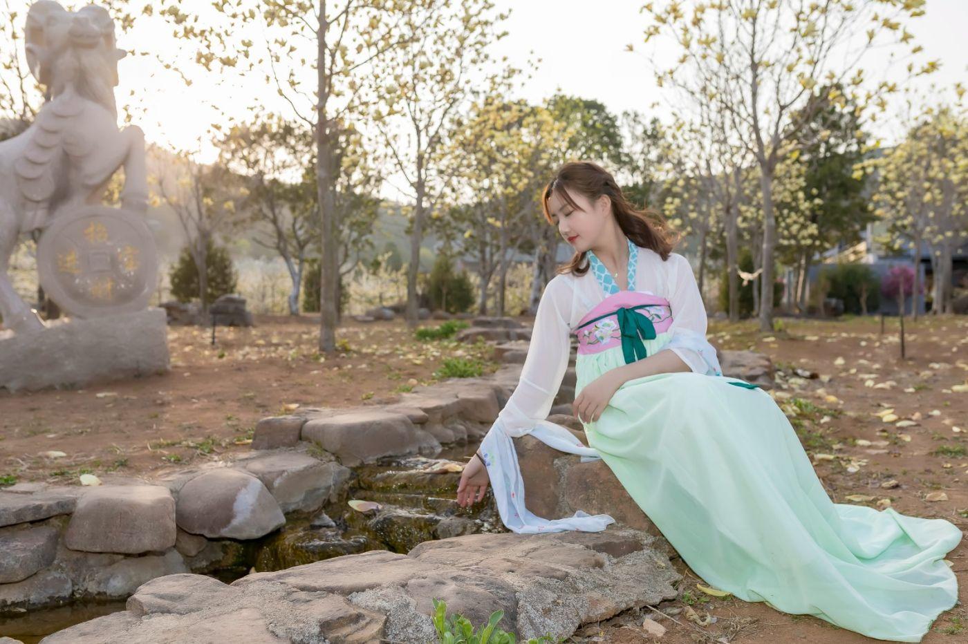 柿子妮又来了女孩越来越漂亮了穿上汉服的她在马泉花海中_图1-22