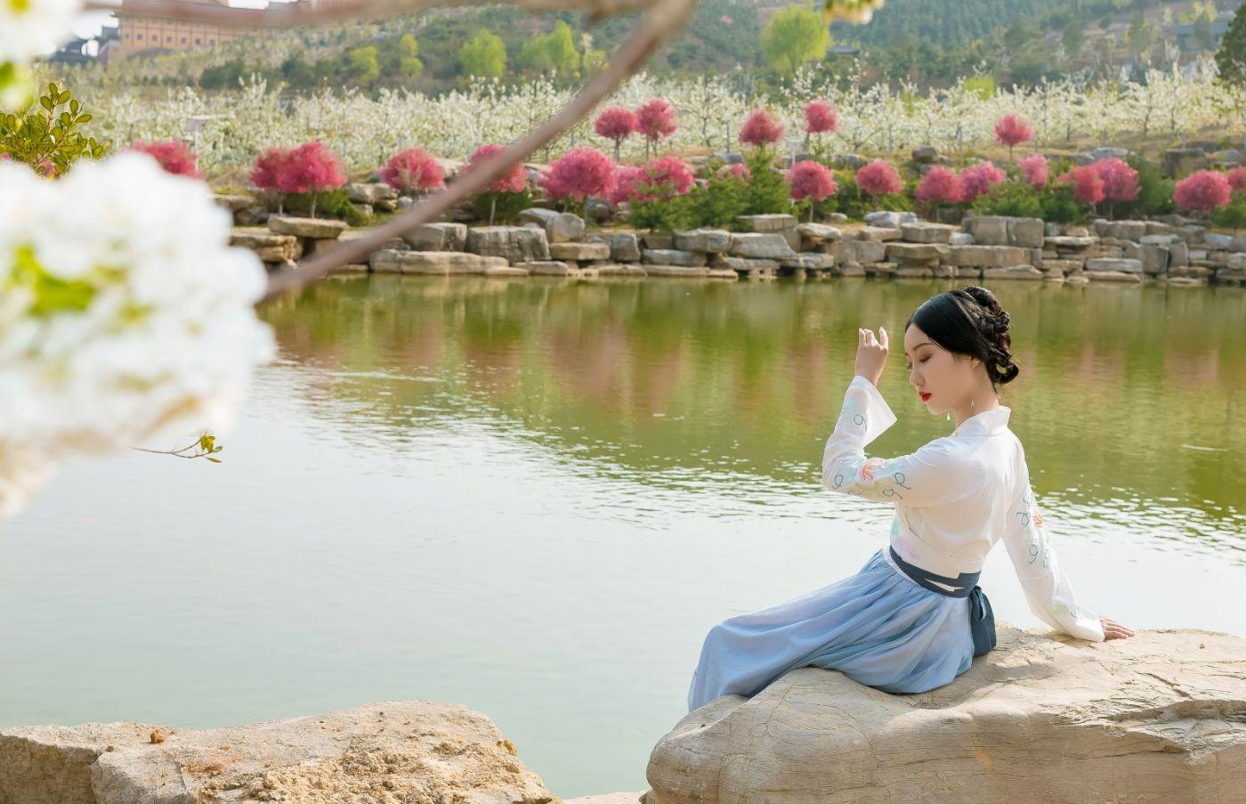 发现民族舞女孩吕锦涛 在樱桃花开白如雪的马泉翩翩起舞_图1-2